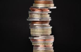pila di monete sul nero foto