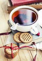 romantico autunno sfondo vintage con libri e tè cinorrodo foto