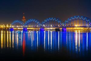 ponte ferroviario di notte, riga, lettonia foto