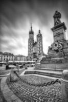 la piazza principale di cracovia in bianco e nero foto