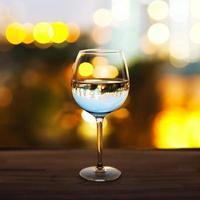 bicchiere sul tavolo foto