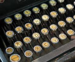 macchina da scrivere antica con tasti bianchi foto