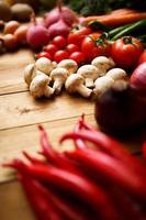 verdure biologiche sane su un fondo di legno foto