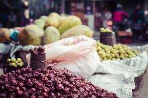 il venditore ambulante seleziona la sua frutta e verdura in thamel foto