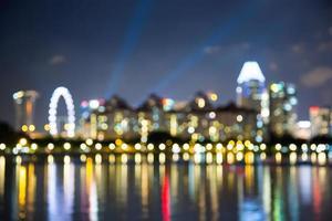 le luci notturne della città di Singapore hanno offuscato il bokeh foto