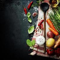 cucchiaio di legno e ingredienti foto