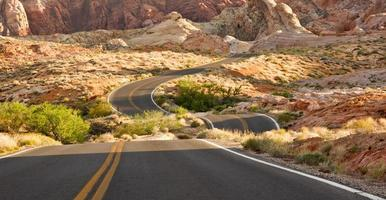 strada deserta sconnessa foto