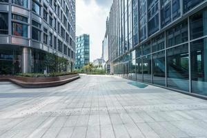 parte anteriore a terra vuota di edifici moderni foto