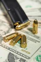 proiettile su banconote da un dollaro americano foto