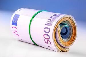 banconote in euro arrotolate diverse migliaia. foto