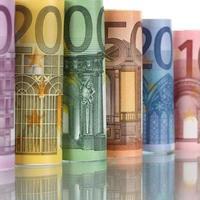 banconote in euro arrotolate di fila foto
