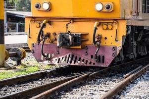 locomotiva della ferrovia che viaggia attraverso la Tailandia foto