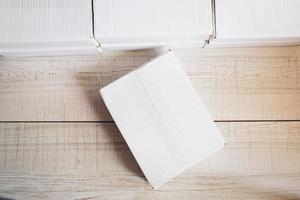 pacchetto sul tavolo foto