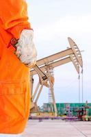 chiave inglese, strumento base per il fissaggio nel sito del petrolio greggio foto