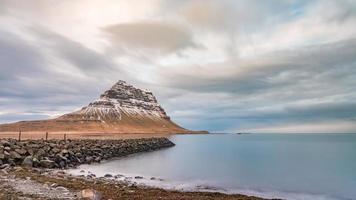 Montagna innevata di Kirkjufell in Grundarfjorour, Islanda foto