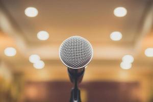 Close up del microfono da palco su sfondo astratto evento sfocato foto