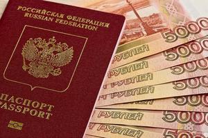 passaporto russo e banconote russe foto