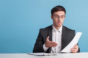 attraente giovane giornalista maschio sta dicendo notizie foto