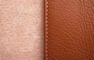 etichetta in pelle marrone con cucitura