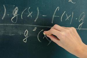 formula matematica scritta sulla lavagna con il gesso. foto