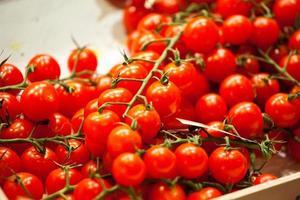 pomodori rossi freschi sul bancone
