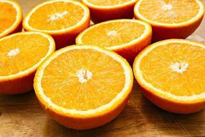arance tagliate su legno foto