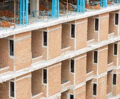 edificio in mattoni rossi in costruzione foto
