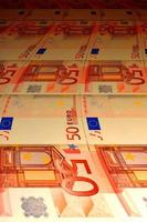 sfondo tortuoso di banconote in euro foto