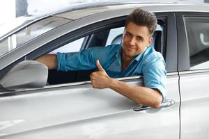 cliente felice dentro l'auto del suo sogno. foto
