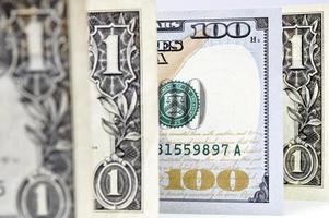 colpo di macro di una nuova banconota da 100 dollari e un dollaro foto