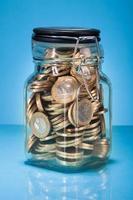 monete in euro in barattolo foto
