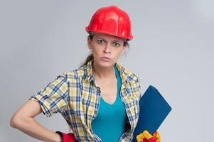 giovane donna casual che indossa il casco di sicurezza foto