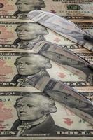 coltelli in acciaio inossidabile e denaro americano foto