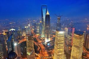 antenna di Shanghai al crepuscolo foto