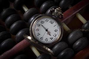 orologio da taschino con vecchio abaco, colore vintage foto