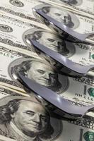 cucchiai di acciaio inossidabile e denaro americano foto