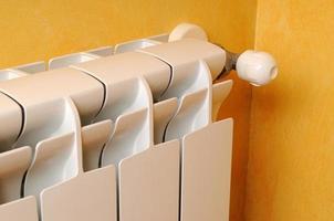 vista laterale del radiatore di riscaldamento foto