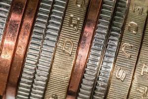 pila di monete britanniche foto