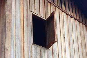 ha aperto una vecchia finestra di legno foto
