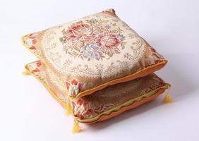 cuscino di cotone di stile tailandese isolato su bianco foto