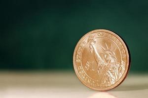 moneta americana da un dollaro su sfondo verde foto