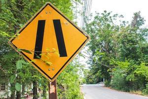 etichetta segnale di avvertimento giallo e nero foto