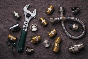 strumenti idraulici per il collegamento di rubinetti dell'acqua, vista dall'alto foto