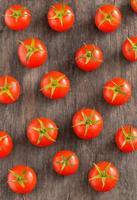 pomodori ciliegia sulla tavola di legno d'annata foto