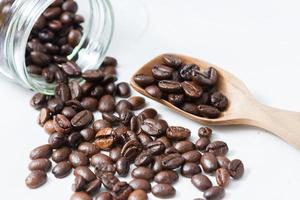 chicchi di caffè e una vecchia paletta di legno foto