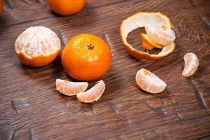 mandarini sul tavolo di legno foto