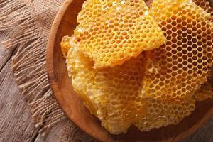nido d'ape nel primo piano piatto di legno. vista dall'alto orizzontale foto