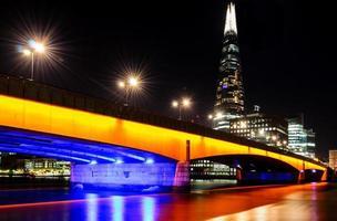 Londra, London Bridge di notte foto