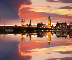 famoso big ben la sera con bridge, londra, inghilterra foto