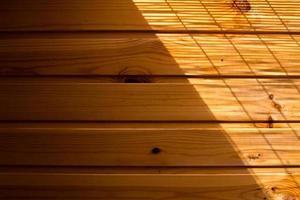 parete di fondo in legno in una luce del mattino foto